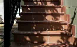 4 Las nuevas escaleras de terrazo aprovechando una barandilla ya existente.