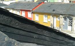 14-Remate lateral del tejado, con PINTURA ASFÁLTICA y ANGULAR INSERTADO EN PARED a 100º para un desvío efectivo del agua.