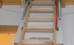 21- Instalamos una escalera de acceso a la buhardilla en la casa 1.