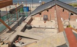 5-Desmontamos la vieja cubierta y comenzamos apoyando la viga principal. El mismo proceso para las casas 1 y 2.