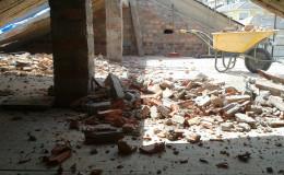 4-En la casa 2 construimos un suelo provisional con madera de enconfrado sobre el que trabajar sin dañar el techo de la planta baja.