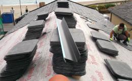 11-Colocación de lámina hidrófuga mediante grapado y sellado y acopio de pizarra de en obra.