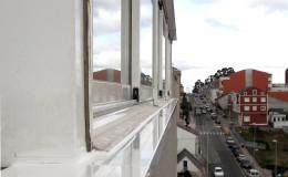 16- Coronación de aluminio lacado blanco y su encuentro con la carpintería de terraza.