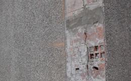 4 La rotura causada por el desplazamiento del muro y los tres grapados realizados por nosotros rellenados con mortero estructural.