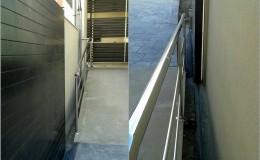 5 Vista superior e inferior de la instalación de una barandilla INOX para la rampa.