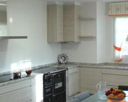 Reforma de cocina en Cervo, Lugo. Azulejo rectificado, suelo antideslizante, cocina de leña, pintura e iluminación downlight. Construcciones A. Basanta