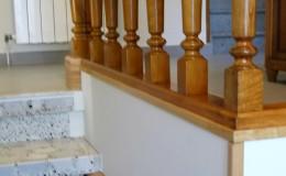 C8- Detalle de trabajo de albañilería y carpintería: el pasamanos se ha elevado en unos diez cm. y se han mejorado sus remates en la escalera.