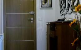 N12  Hall, con nueva puerta de entrada, mobiliario y suelo.