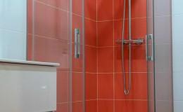 N4  Baño A, zona de ducha con mampara en esquina