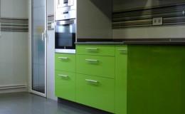 r9 Vista definitiva de suelo de cocina y zona de mobiliario.