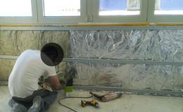 Colocación de aislamiento térmico en paredes.