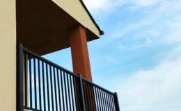 17 Resultado final. Zona de porche con barandilla de aluminio.