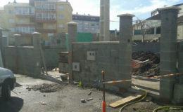 6 Muro de cerramiento principal en progreso.