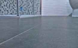 2 El suelo se ha realizado en baldosa de gran formato rectificada. Detalle de planitud y acabados .