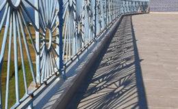7 Detalle de coronaciones de muros con aluminio anodizado. Suelo de terraza terminado.