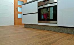 13 Cocina: encuentro de solado cerámico con mobiliario, puertas y alicatado.