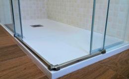 8 Detalle de encuentros en plato de ducha con cargas resínicas.