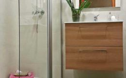 10 Perspectiva media de zonas de ducha y lavabo.