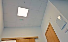 12 Encuentro de techos y tabiquería. Pantallas, entrada a baño, luces de emergencia y detectores de presencia.