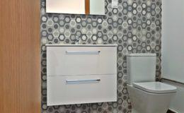 8 Vista principal del baño. El hecho de ser tan sólo un baño de reserva y escondido, no es impedimento para prescindir de diseño y calidades.
