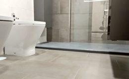 16 Baño: encuentros de suelos y ducha